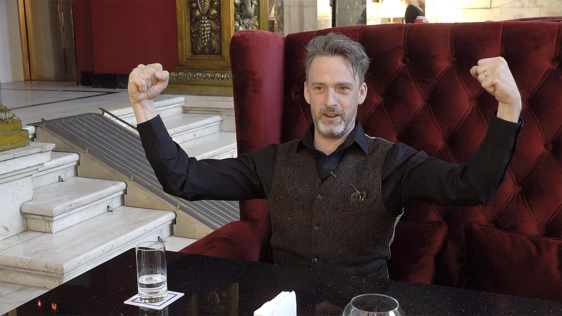 Уилл Сторр вовремя интервью вHilton Moscow Leningradskaya Hotel