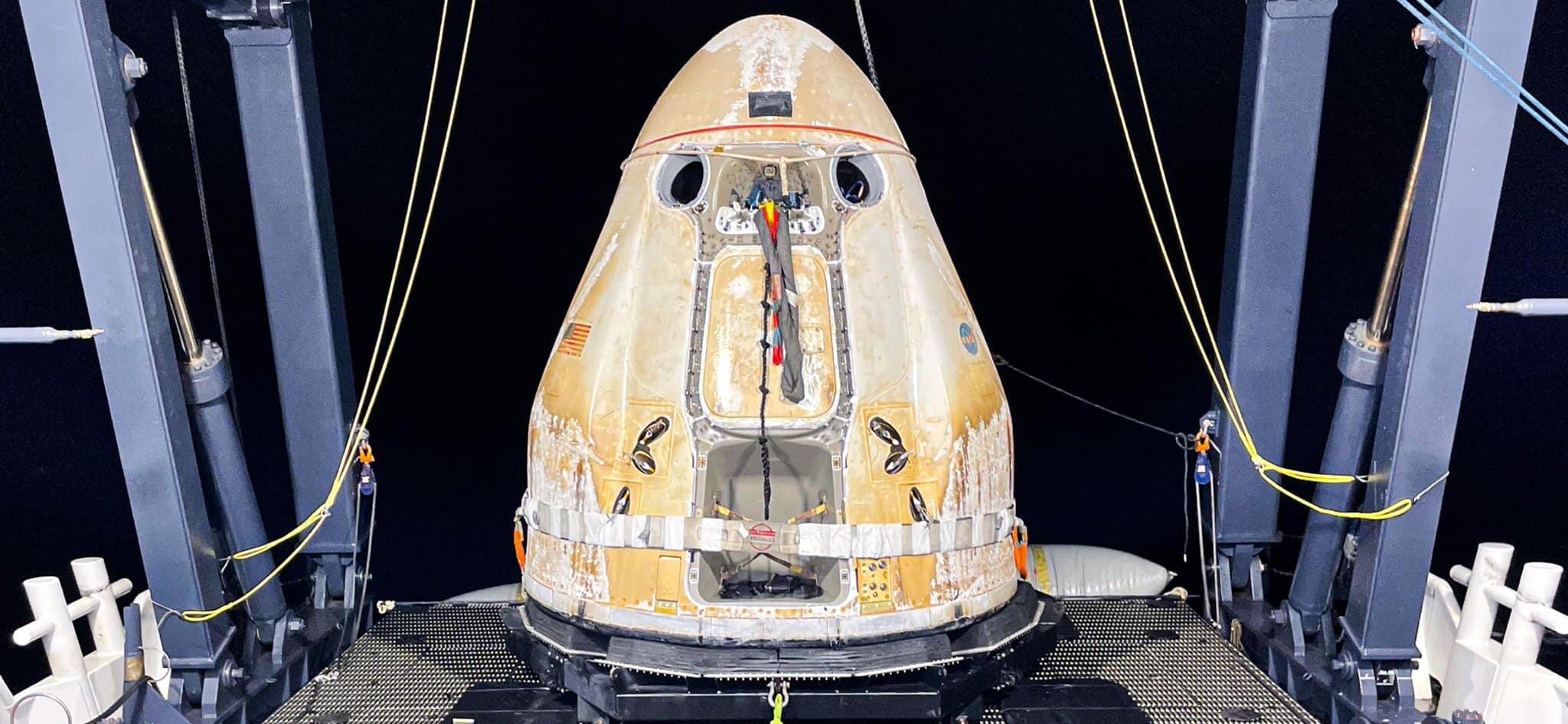 Imaginea 2: Capsula Dragon CRS-22, recuperată din apele oceanului Atlantic, după o misiune reușită spre Stația Spațială Internațională.