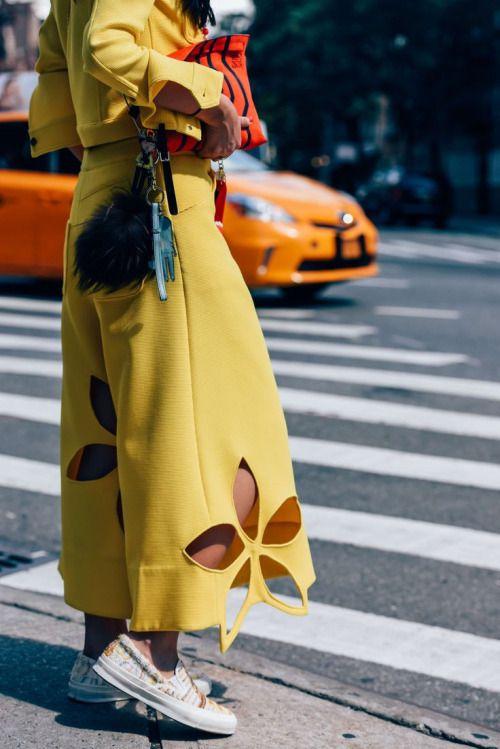Pantalon jaune customisé avec des broderies anglaises de grosses fleurs