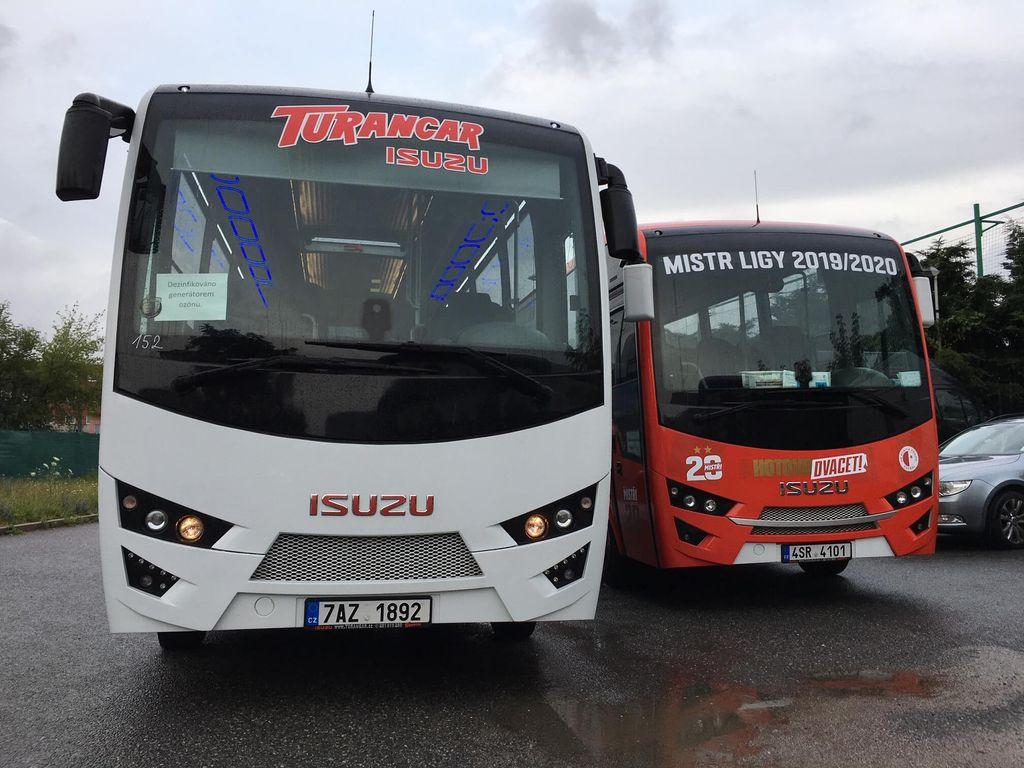 Autobusy Isuzu Novo Cabrio na parkovišti