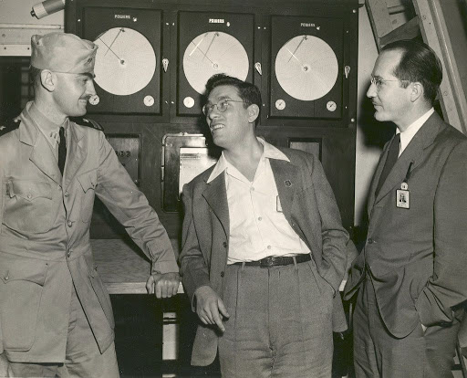 Писатели Лайон Спрэг деКамп (слева), Айзек Азимов (вцентре) иРоберт Хайнлайн (справа) в1944году. Источник: John Seltzer and Geo Rule / HarperCollins