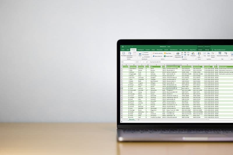 Laptop auf Schreibtisch mit Excel