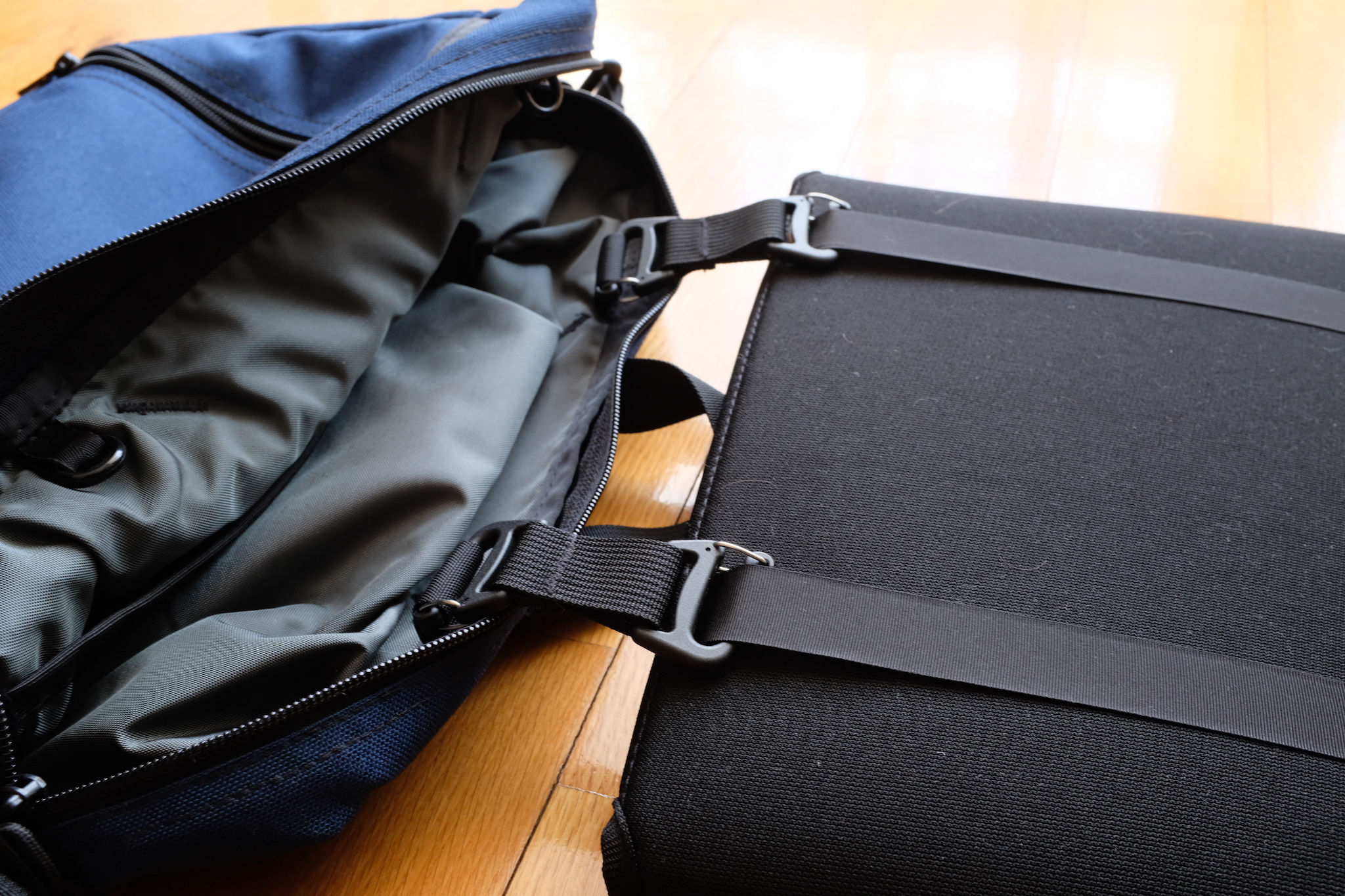 Two webbings holds the laptop sleeve and converts it into a TSA checkpoint friendly bag