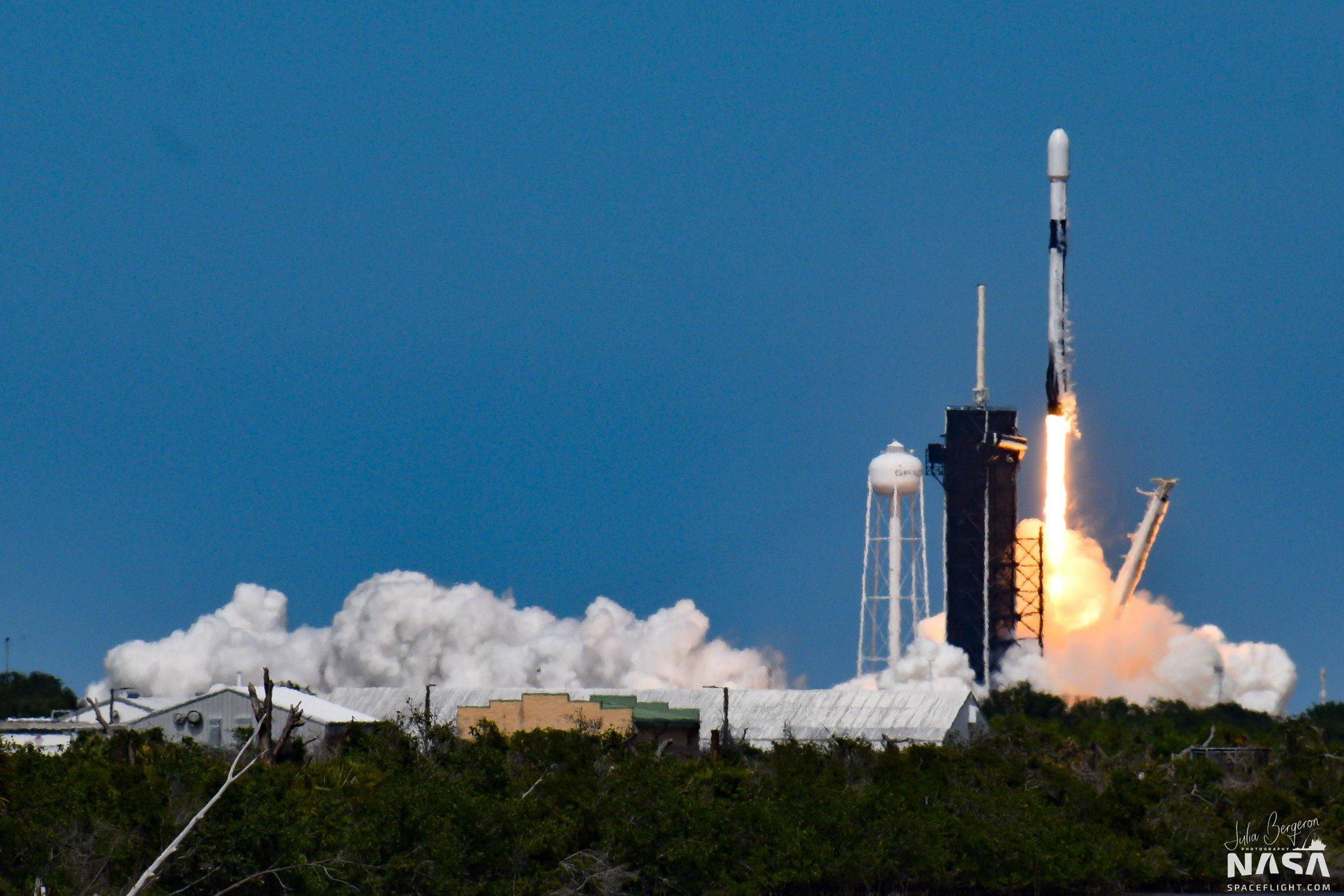 Figure 1: Lansarea rachetei Falcon 9, având la bord 60 de sateliți Starlink. Este al 4-lea zbor pentru treapta primară B1051 și al 2-lea zbor pentru conul protector al rachetei, care a mai fost folosit în misiunea AMOS-17 din august 2018. Sursa foto: Julia Bergeron