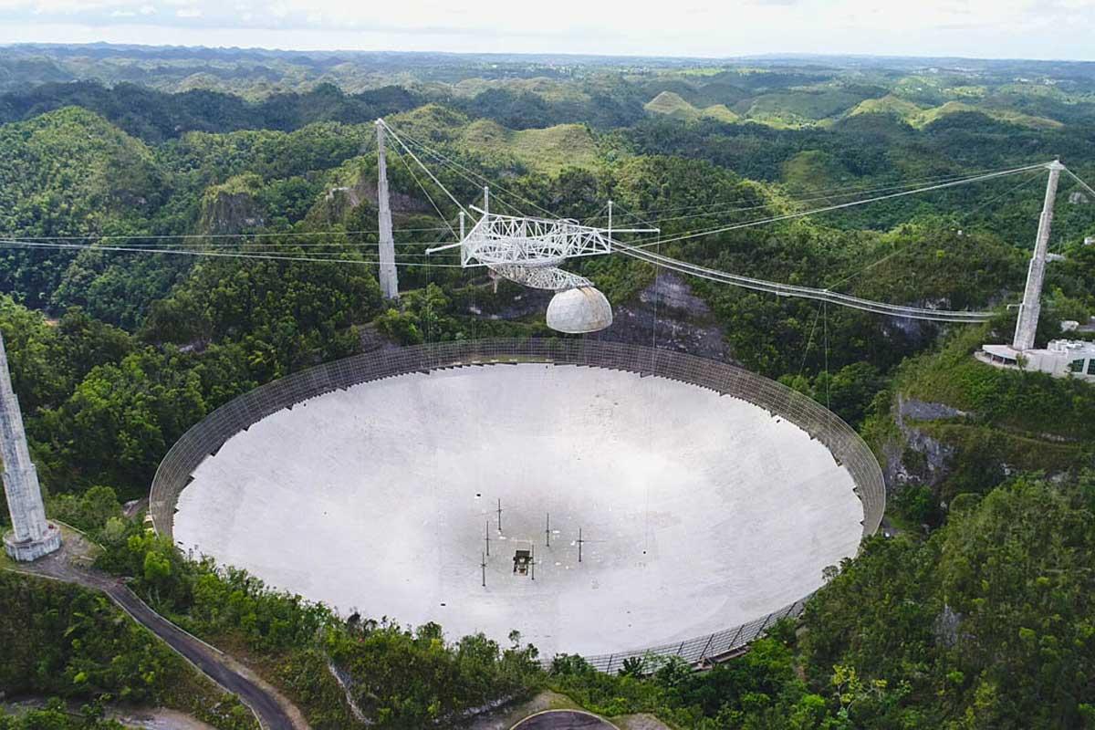 Imaginea 1: Radiotelescopul Arecibo, înainte de avariile din 2020. Sursă foto: University of Central California.