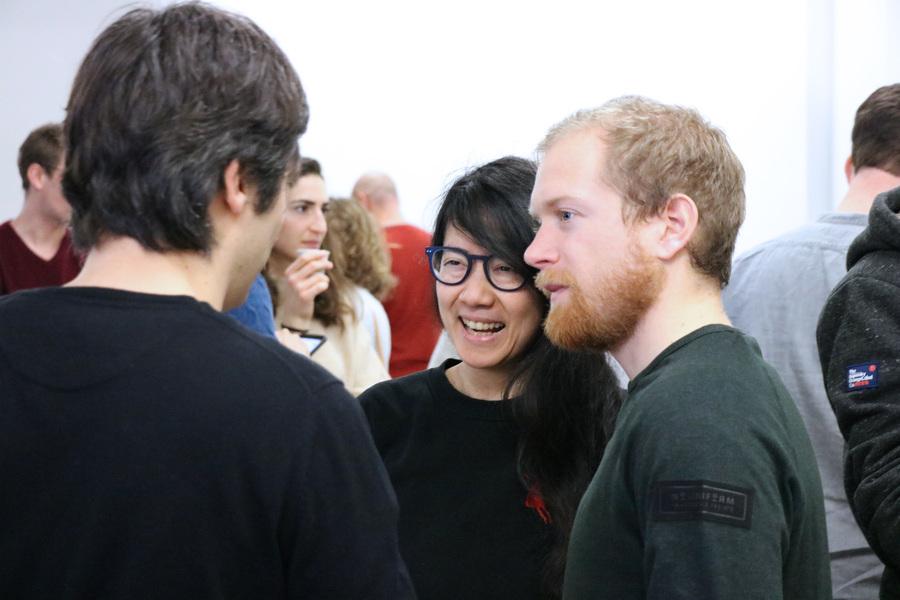 Gros plan sur trois personnes qui discutent et rient.