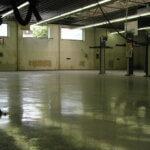 Officina per automobili con pavimento in resina impermeabile.