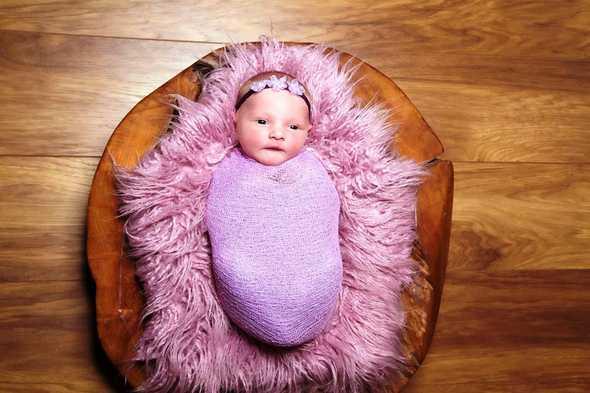 baby in roze doek