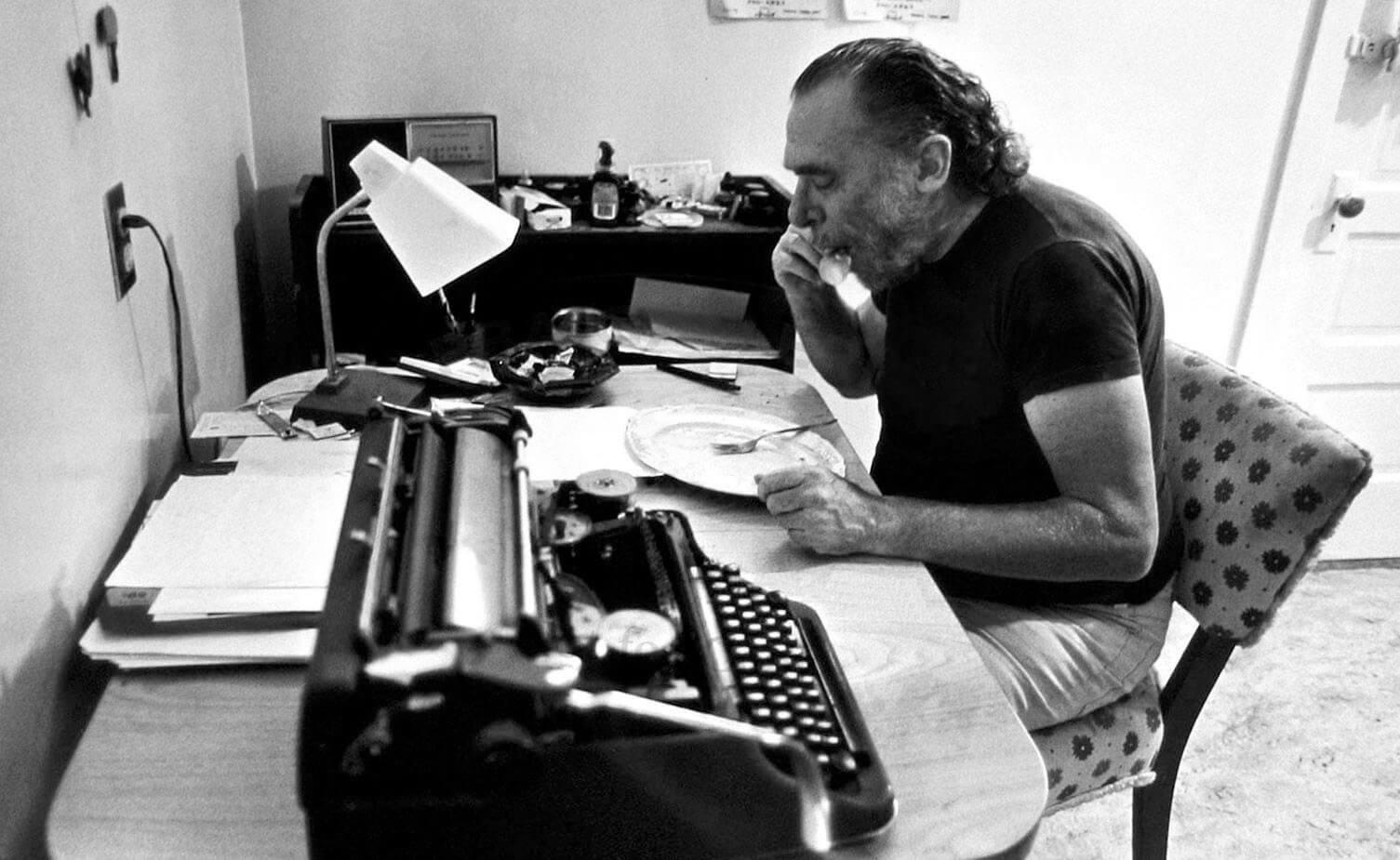«Яемзасвоим письменным столом, вэтом секрет моего бессмертия». Источник: bukowski.net