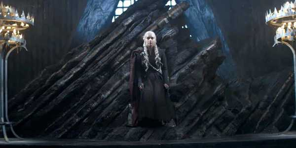 Emilia Clarke com Daenerys Targaryen em cena de Game of Thrones da HBO