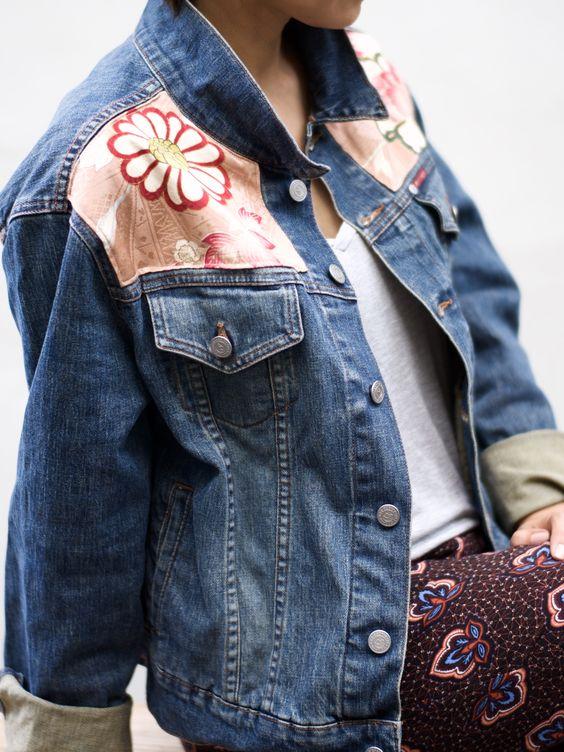 Veste en jean avec patchs en tissu coloré au niveau des épaules
