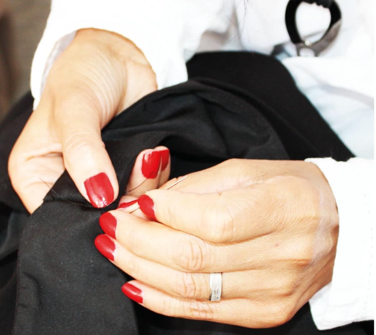 Solange remet en état une veste de tailleur