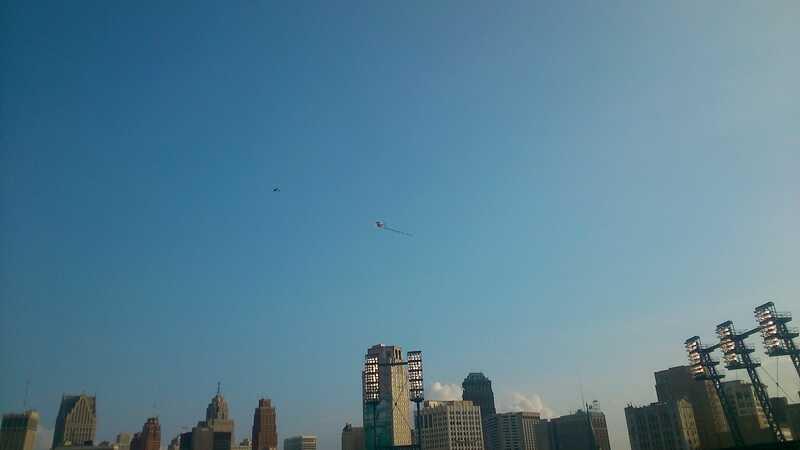 Самолет пролетающий над стадионом с предложением выйти замуж