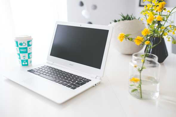 witte laptop op tafel