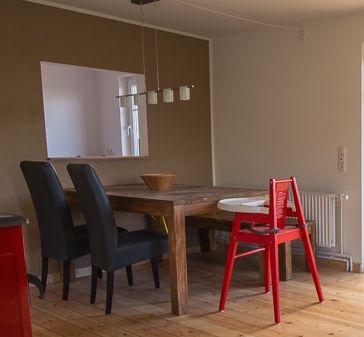 Essbereich mit einem schönen, großen Holztisch