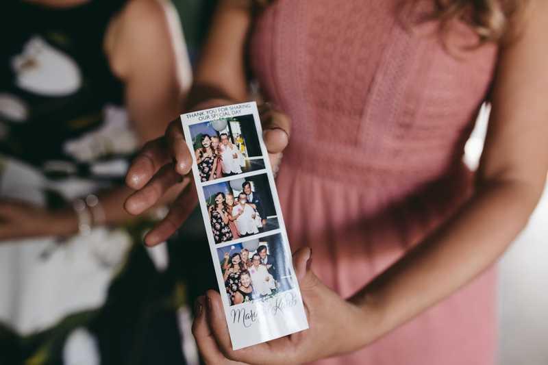 Gepersonaliseerde fotostrip op een bruiloft met foto's gemaakt in een photobooth