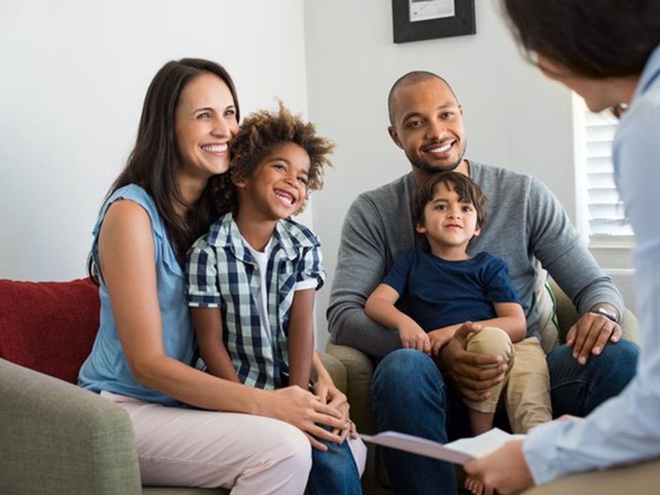 A family with a woman, a man and two boys on a counselor consultation