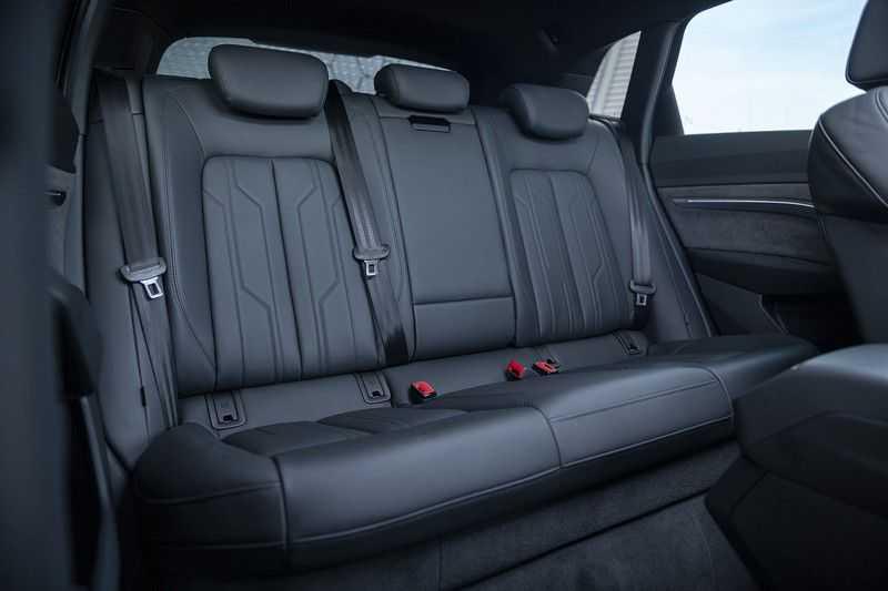 "Audi E-tron 55 e-tron quattro Advanced Pro Line S DECEMBER 2018!! € 146,- netto bijtelling pm! Head-up + B&O etc. Tot januari 2024 4% bijtelling!! Prijs inclusief 22"" velgen afbeelding 24"