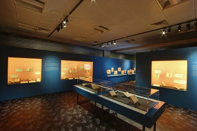 There are two table showcases in the middle, and wall showcases around them.