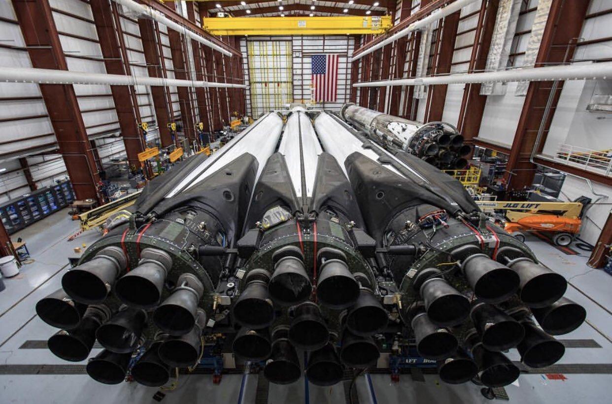 Falcon Heavy în hangar