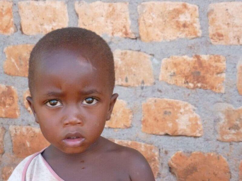 Een prachtig kindje levend in armoedige omstandigheden