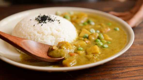 Gekookte rijst op bord met curry