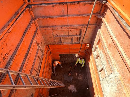 Manhole box providing workspace