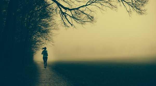 Tania beim Laufen im Nebel