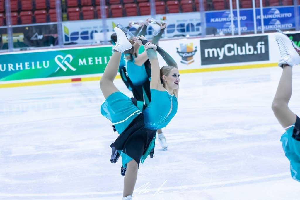Muodostelmaluistelun SM-juniorijoukkue Team Fintastic (HTK) kisoissa helmikuussa 2020. Kuvaaja: Ville Levijärvi