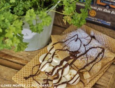 Crepe, gefüllt mit Nutella-Banane, serviert auf essbarer Waffel