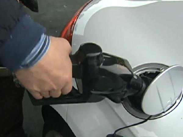 원유재고 쌓이고 ,   휘발유 가격은  상승