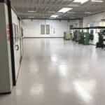 Macchinari industriali su di un pavimento in resina ad alta resistenza.