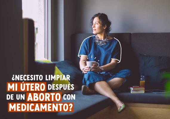 Mujer de mediana edad reposando en el sofá mientras se pregunta si debe limpiar su útero después de un aborto