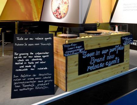 Nahaufnahme eines Messecatering Crepes Standes mit individuell beschrifteten Werbetafeln