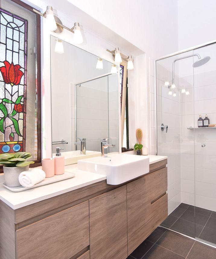 Shower Frame Vanity Toilet Image