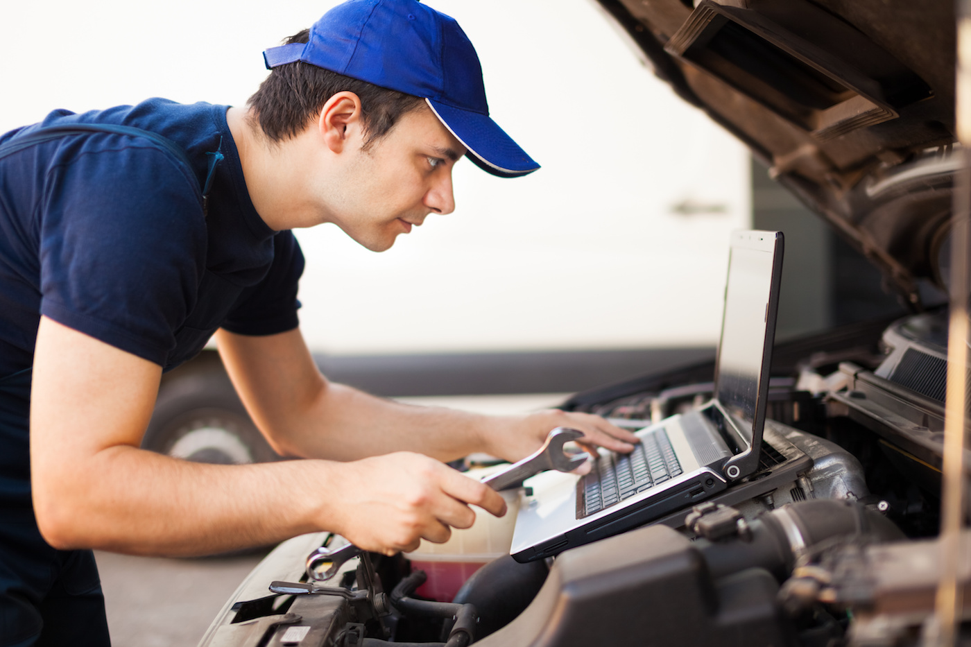 mechanic-using-laptop