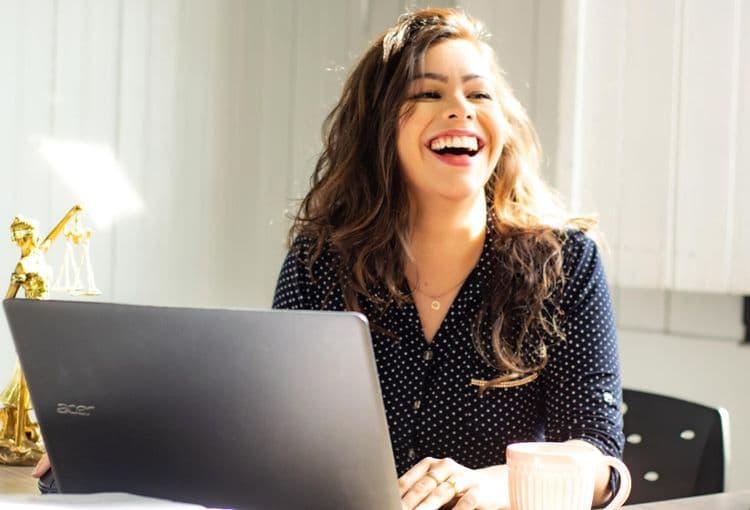 Kursteilnehmerin mit Laptop während einer Schulung