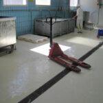 Pavimentazione in resina impermeabile e munita di canali di scolo in un'azienda casearia di Belluno..
