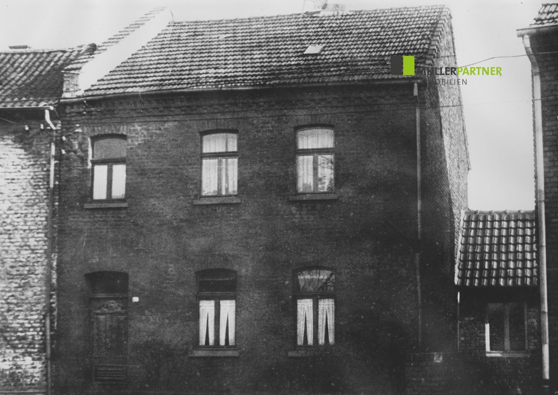 Modernisierungsbedürfiges Einfamilienhaus mit 2 Garagen in Übach-Palenberg-Scherpenseel