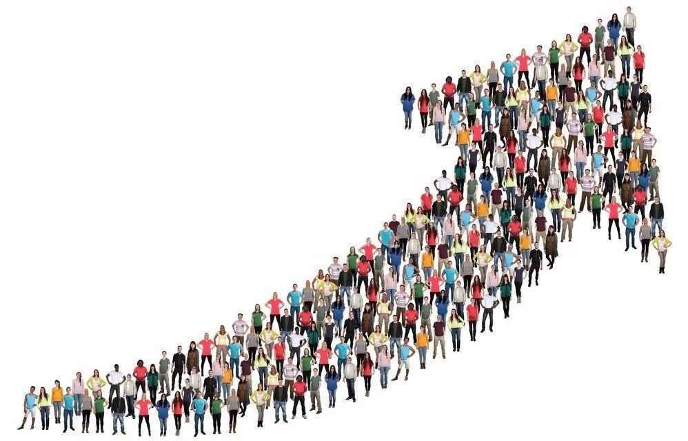 Qualite de Vie au travail - un schéma constitué d' êtres humains debouts, formant une flèche qui part du coté gauche inférieur pour monter au coté droit supérieure. Réussite collective et partagée rvert le haut