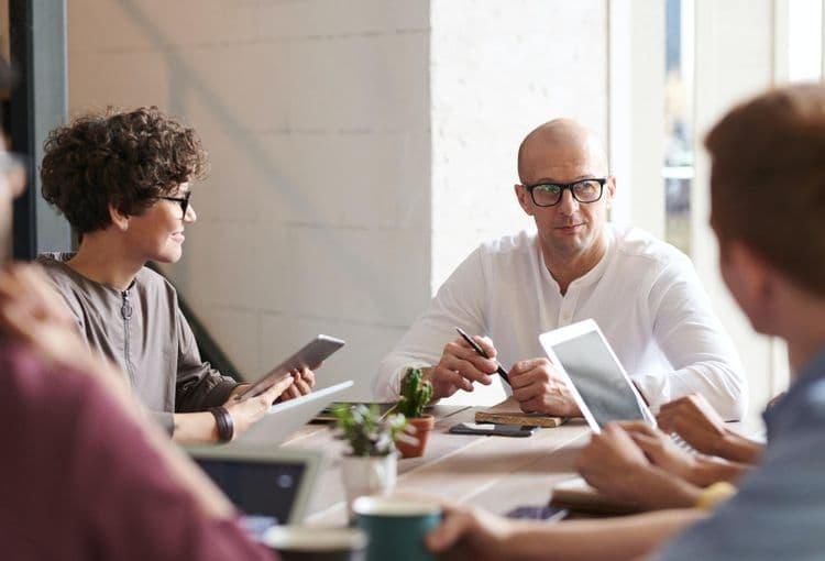 Trainer mit Kursteilnehmern in Firmenschulung