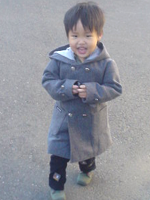 3才6ヶ月、コートを着て歩く
