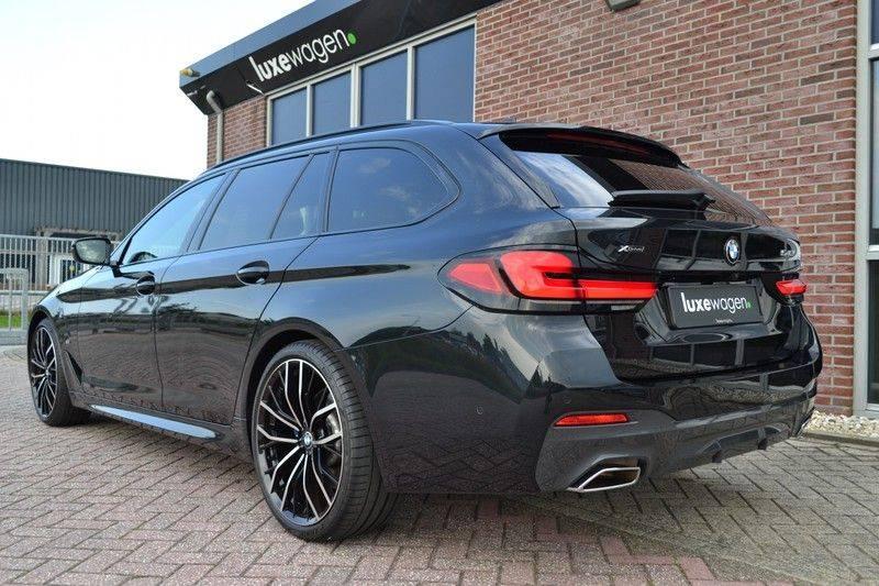 BMW 5 Serie Touring 540i xDrive 333pk M-Sport Pano Laser Comfort LiveCp DA+ HUD 20inch afbeelding 21