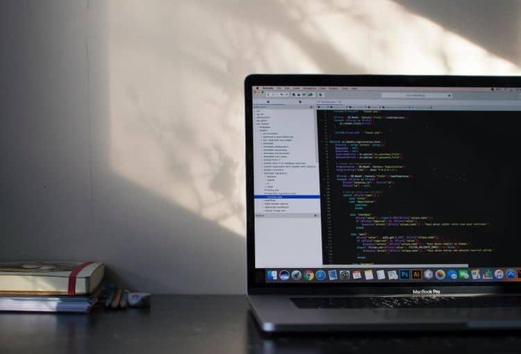 Laptop mit macOS und VBA-Programmierung
