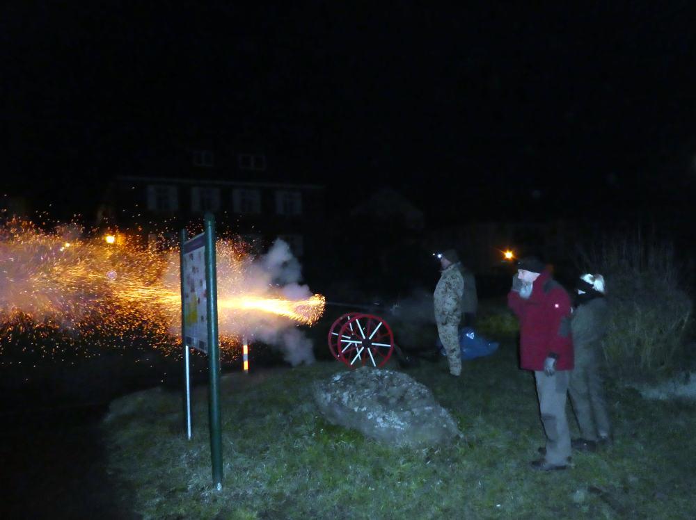 Während der Fackelzüge und Festumzüge, zum Höhepunkt der Gottesdienste und am Sonntagmorgen um 6 Uhr feuern die Kanoniere die Kanone ab. Sie unterstreichen die wichtigen Elemente des Festes akustisch.