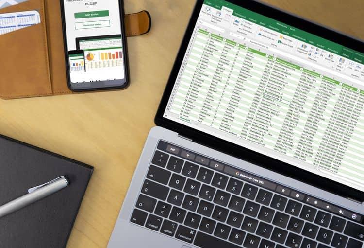 Bildschirm mit Excel-Tabelle und Smartphone