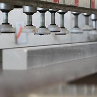 Per evitare di danneggiare il materiale durante le lavorazioni tutte le superfici di appoggio sono realizzate in gomma