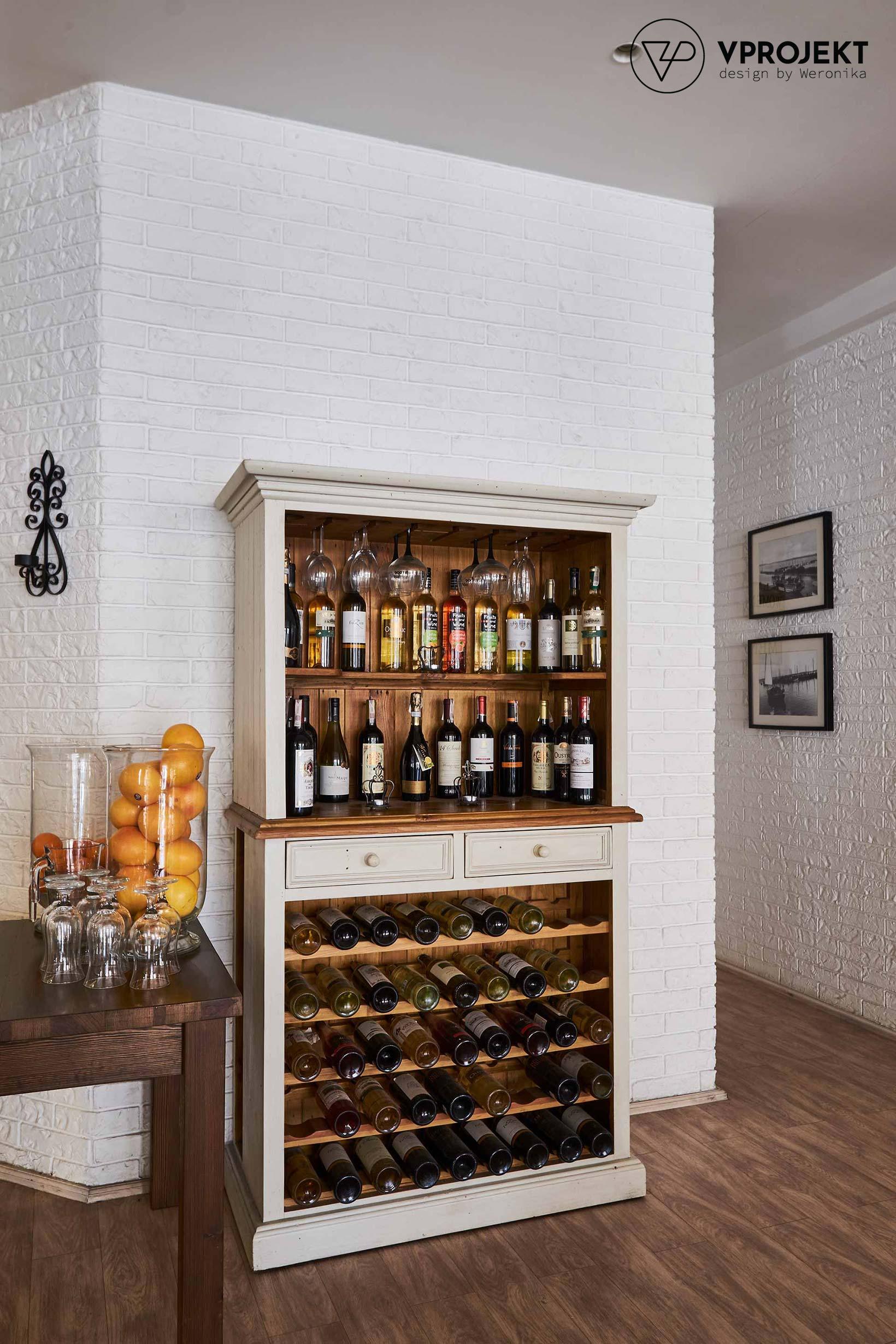 Kredens z winami, restauracja Porto w Giżycku