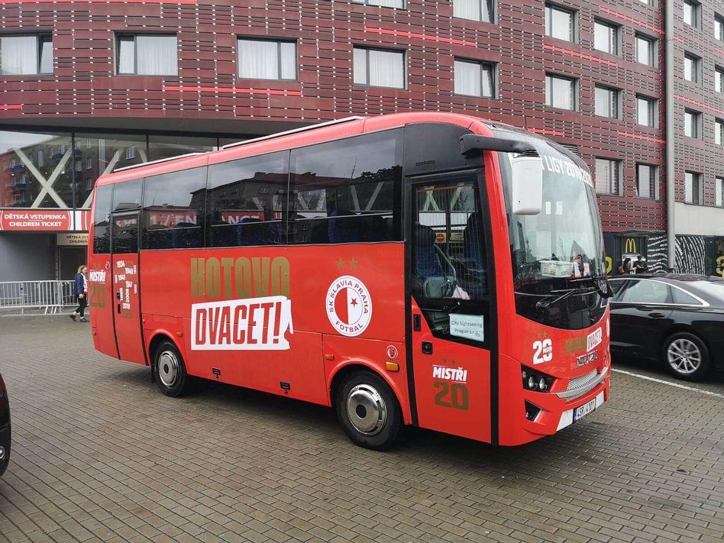 HOTOVO 20! červený autobus