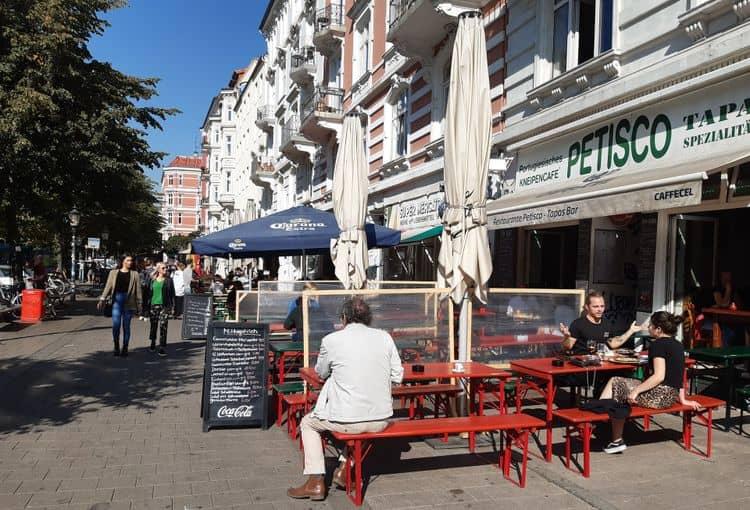 Restaurants auf dem Schulterblatt in der Sternschanze mit blauen Himmel